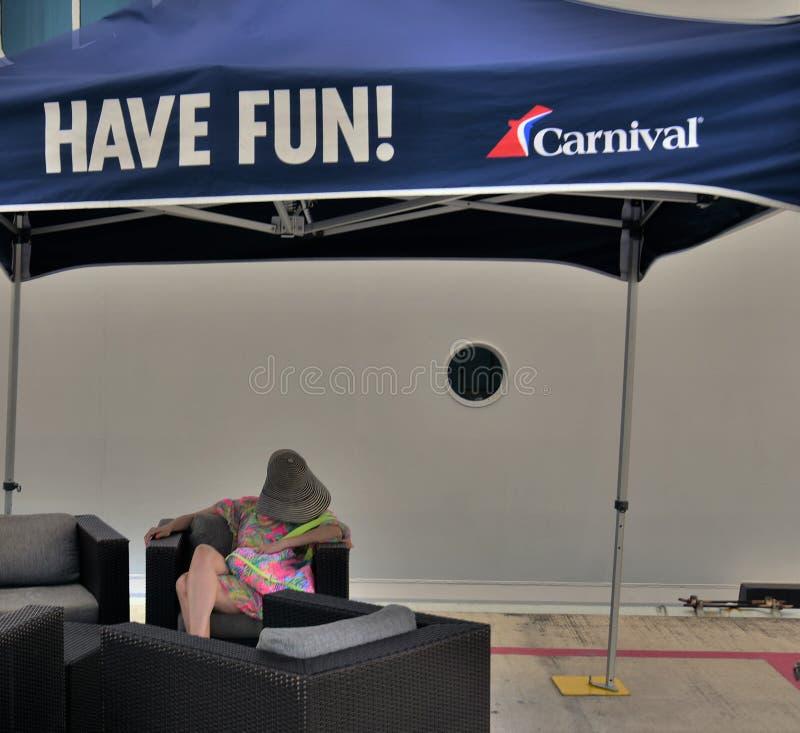 Κρουαζιέρα καρναβαλιού passanger που δεν έχει τη διασκέδαση στοκ εικόνα