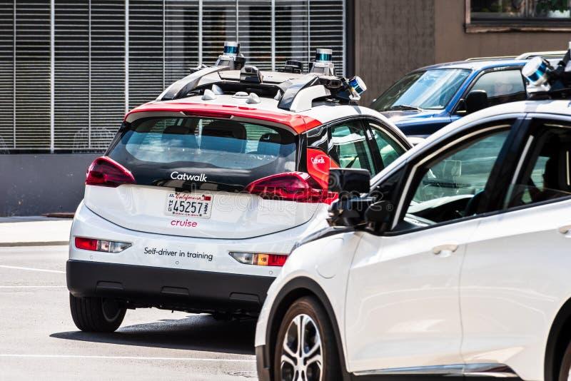 Κρουαζιέρα που είναι κύρια με τα μόνα οδηγώντας οχήματα General Motors που εκτελούν τις δοκιμές στις οδούς πόλεων  Η επιχείρηση χ στοκ εικόνα με δικαίωμα ελεύθερης χρήσης