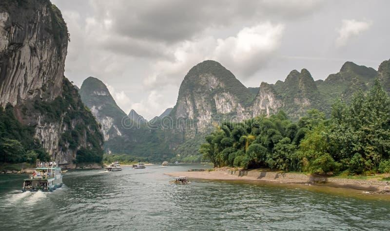 Κρουαζιέρα στο λι ποταμών μεταξύ Guilin και Yangshuo Κίνα Τοπίο Guilin, του ποταμού λι και των βουνών καρστ στοκ φωτογραφία