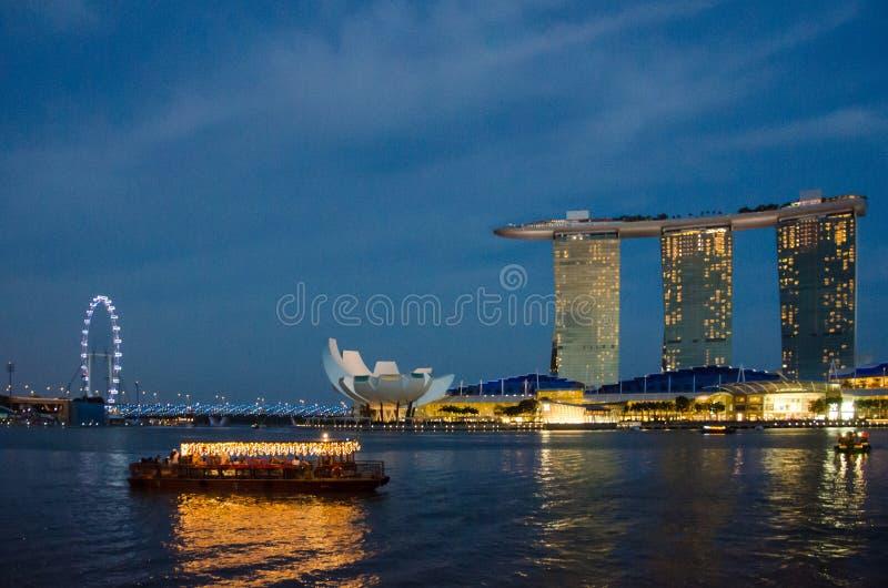 Κρουαζιέρα Riverboat στη Σιγκαπούρη μετά από το σκοτάδι στοκ φωτογραφίες