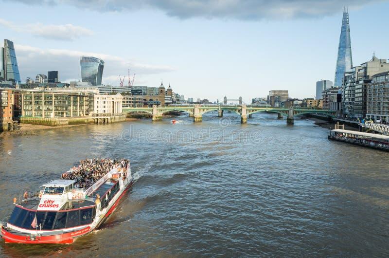 Κρουαζιέρες βαρκών στον ποταμό Τάμεσης, Λονδίνο στοκ εικόνα με δικαίωμα ελεύθερης χρήσης