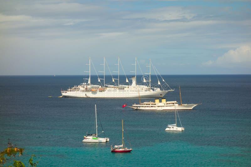 Κρουαζιερόπλοια και γιοτ που επισκέπτονται το νησί Καραϊβικής του Bequia στοκ εικόνες με δικαίωμα ελεύθερης χρήσης