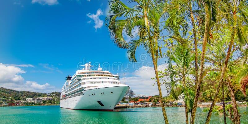 Κρουαζιερόπλοιο που ελλιμενίζεται σε Castries, Αγία Λουκία, νησιά Καραϊβικής στοκ εικόνες με δικαίωμα ελεύθερης χρήσης