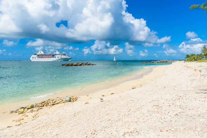 Κρουαζιερόπλοιο στην καραϊβική θάλασσα κοντά στην παραλία παραδείσου Τροπικοί έννοια και προορισμός ταξιδιού για τις διακοπές Ανα στοκ φωτογραφίες με δικαίωμα ελεύθερης χρήσης