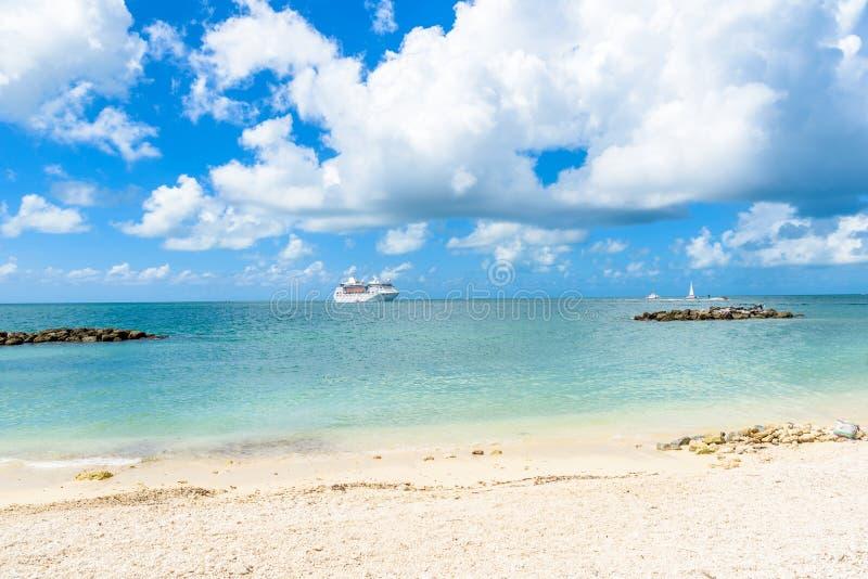 Κρουαζιερόπλοιο στην καραϊβική θάλασσα κοντά στην παραλία παραδείσου Τροπικοί έννοια και προορισμός ταξιδιού για τις διακοπές Ανα στοκ φωτογραφία με δικαίωμα ελεύθερης χρήσης
