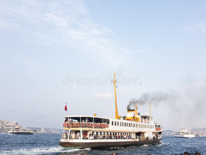 Κρουαζιερόπλοιο στη θάλασσα, καπνός που βγαίνει από την καπνοδόχο στοκ φωτογραφία