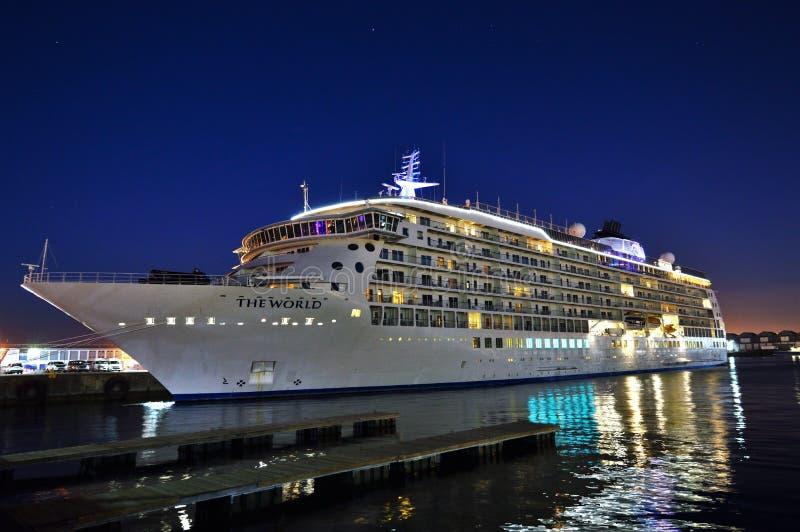 Κρουαζιερόπλοιο στη νύχτα στοκ φωτογραφία