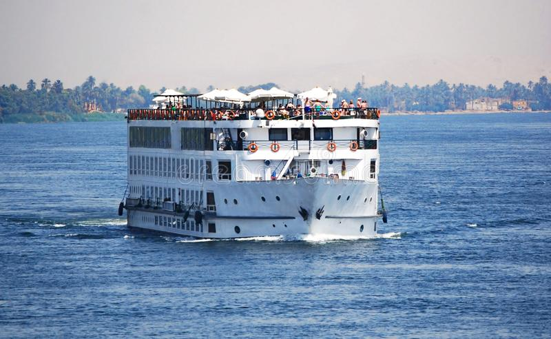 Κρουαζιερόπλοιο στον ποταμό του Νείλου στοκ εικόνα