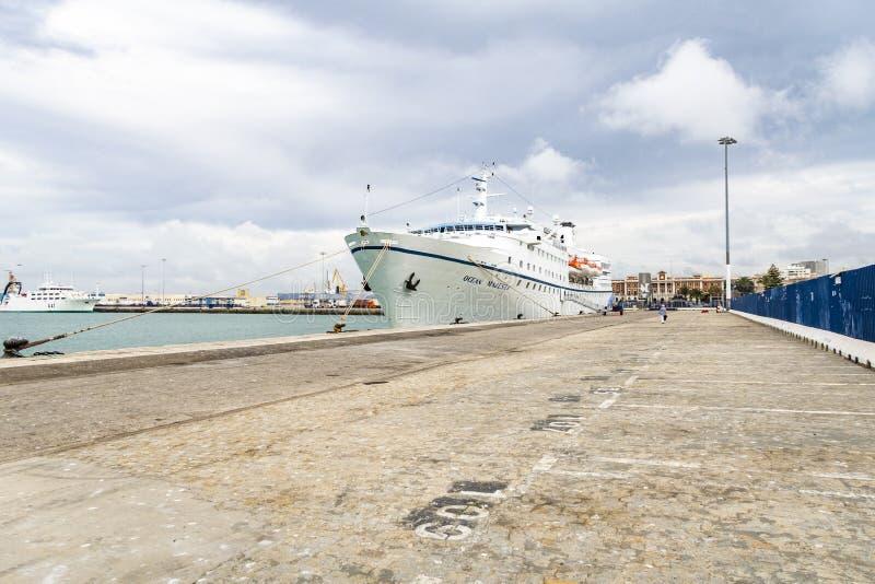 κρουαζιερόπλοιο Ocet αγκυροβόλια στην αποβάθρα του Κάδιζ, Ισπανία στοκ εικόνα