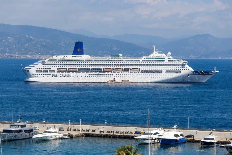 Κρουαζιερόπλοιο P&O Oriana στο λιμένα Santa Margherita Ligure, επαρχία της Γένοβας Γένοβα, από τη Λιγουρία Riviera, Ιταλία στοκ εικόνες