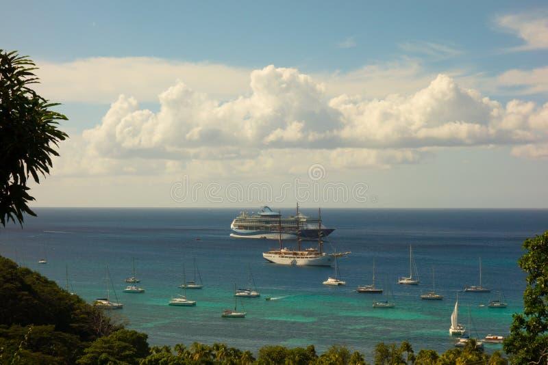 Κρουαζιερόπλοια στην άγκυρα στις Καραϊβικές Θάλασσες στοκ εικόνες