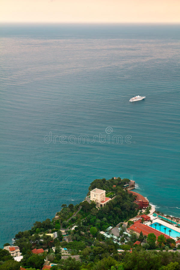 Κρουαζιερόπλοιο που πλέει με τη Μεσόγειο, κοντά στο Μονακό και το γαλλικό Riviera στοκ φωτογραφία με δικαίωμα ελεύθερης χρήσης