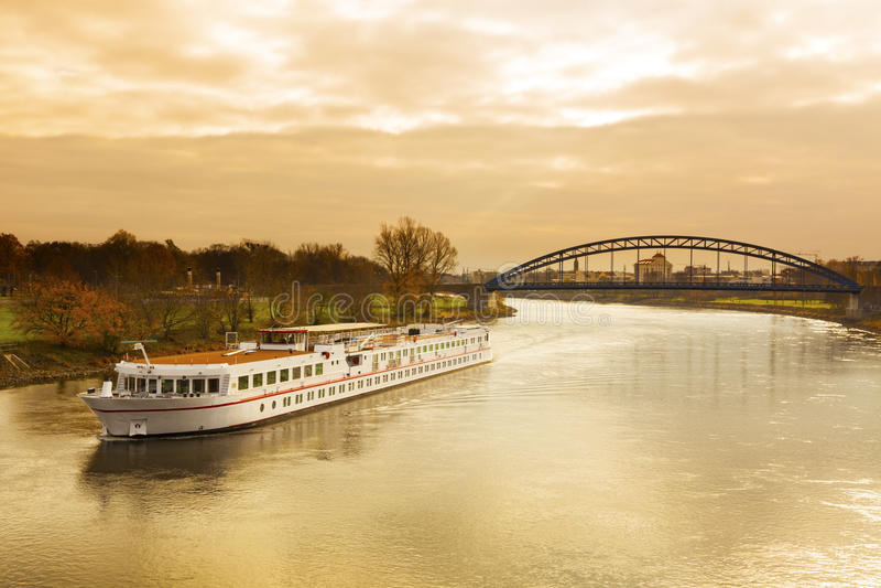 Κρουαζιερόπλοιο στον ποταμό Elbe στοκ φωτογραφία