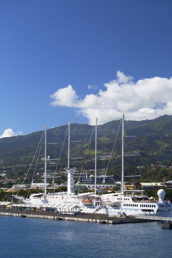 Κρουαζιερόπλοιο στο λιμάνι, Pape'ete, Ταϊτή, γαλλική Πολυνησία στοκ εικόνα