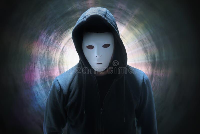 Κρυμμένος ανώνυμος χάκερ σε σήραγγα Έννοια της ασφάλειας στο διαδίκτυο στοκ φωτογραφίες με δικαίωμα ελεύθερης χρήσης