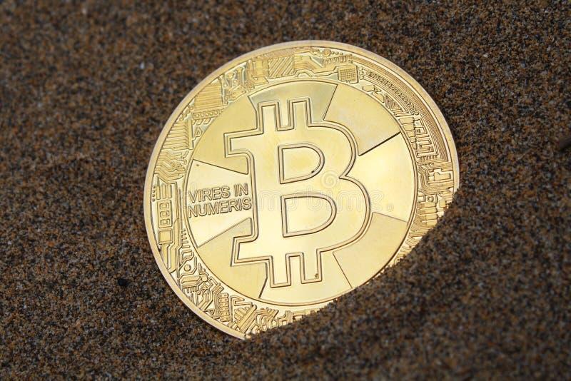 Κρυπτογράφηση μακροεντολής bitcoin Νόμισμα στην άμμο στοκ φωτογραφία με δικαίωμα ελεύθερης χρήσης