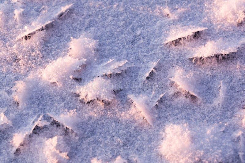 Κρυσταλλωμένος πάγος στην κάλυψη πάγου μιας παγωμένης λίμνης στοκ φωτογραφία με δικαίωμα ελεύθερης χρήσης