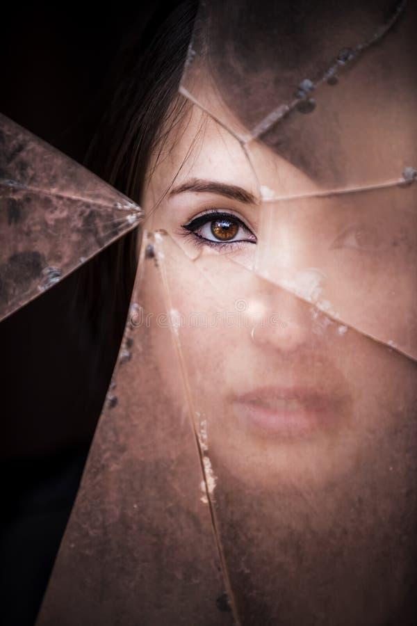 Κρυφοκοιτάζοντας γυναίκα στοκ φωτογραφία