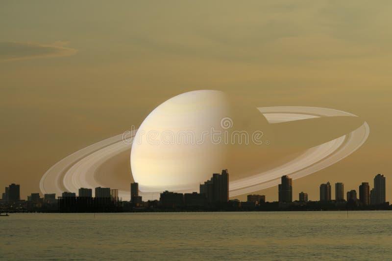 Κρόνος στην πίσω πόλη σκιαγραφιών νυχτερινού ουρανού στο ηλιοβασίλεμα στοκ φωτογραφία με δικαίωμα ελεύθερης χρήσης