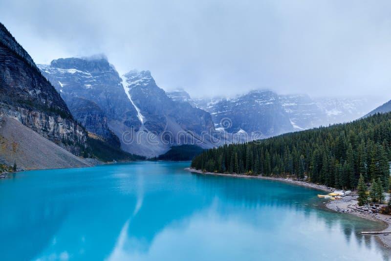 Κρύα και ομιχλώδης λίμνη Moraine στο εθνικό πάρκο Banff στοκ φωτογραφία