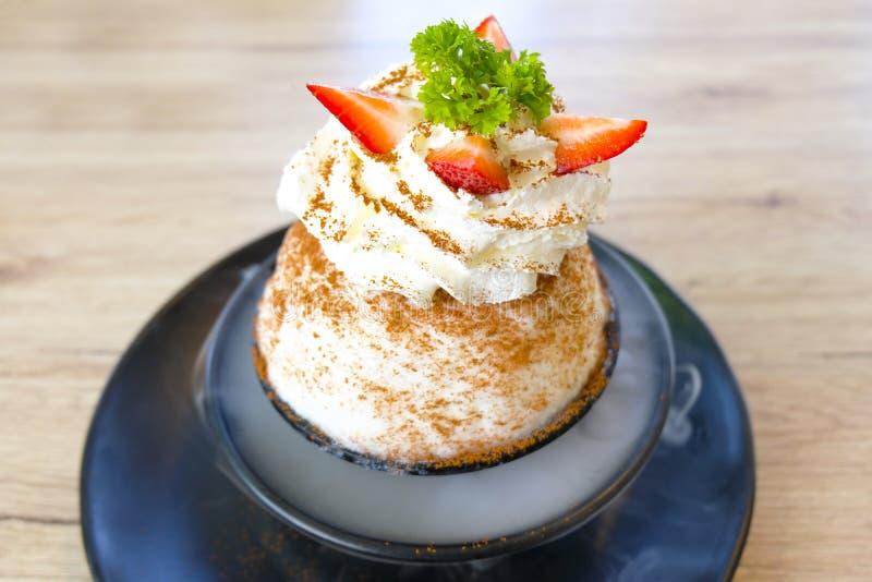 Κρύα κορεατική τεθειμένη παγωτό φράουλα Bingsoo ή Bingsu στοκ εικόνες