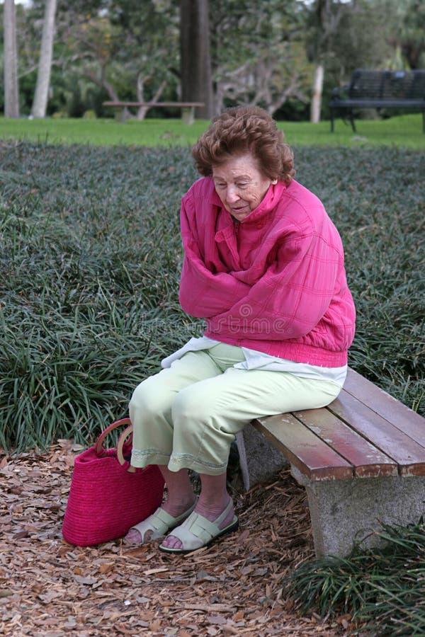 κρύα λυπημένη ανώτερη γυναίκα στοκ φωτογραφίες