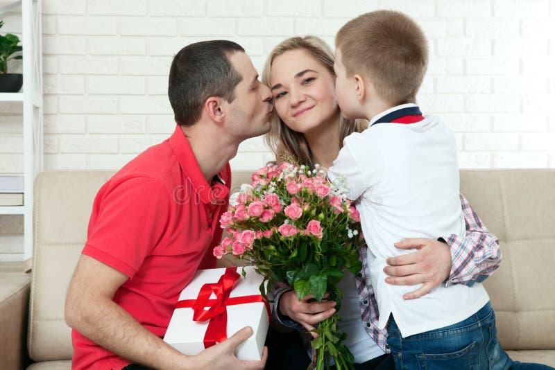 Κρύβοντας ανθοδέσμη γιων στην αιφνιδιαστική μαμά την ημέρα μητέρων ` s γυναίκα, άνδρας στοκ εικόνα με δικαίωμα ελεύθερης χρήσης