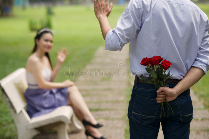Κρύβοντας ανθοδέσμη των λουλουδιών στοκ φωτογραφία με δικαίωμα ελεύθερης χρήσης