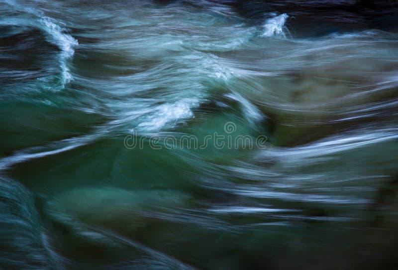 Κρύοι χειμερινοί κυματισμοί στον ποταμό στοκ φωτογραφία με δικαίωμα ελεύθερης χρήσης