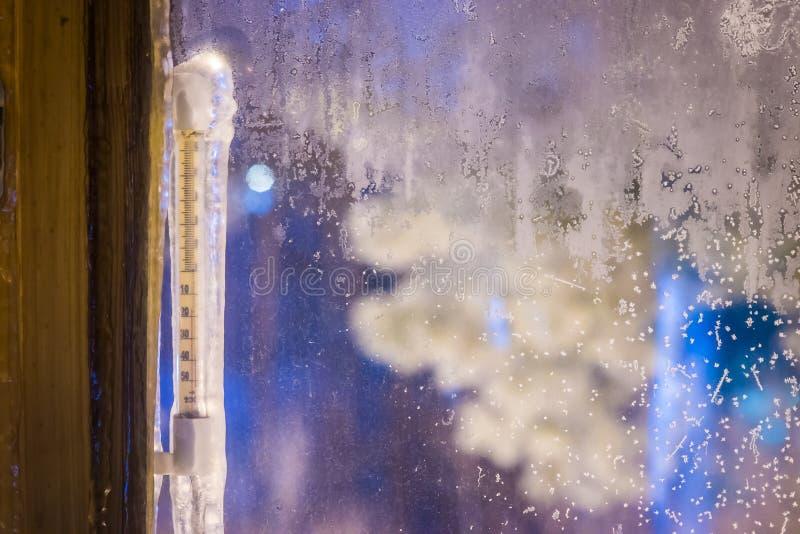 Κρύος καιρός, θερμόμετρο μέσω του παραθύρου στοκ φωτογραφία με δικαίωμα ελεύθερης χρήσης