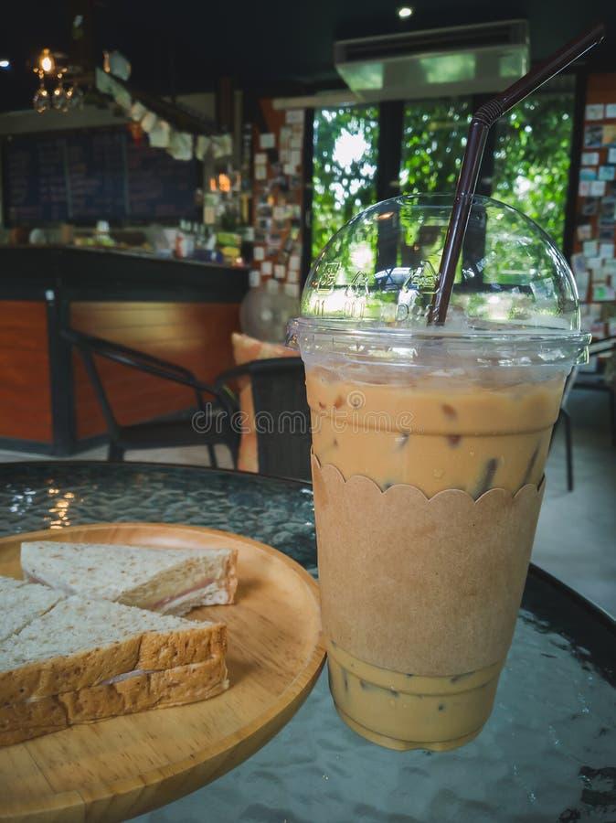 Κρύος καφές στον πίνακα στη καφετερία στοκ εικόνες
