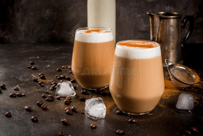 Κρύος καφές latte με το γάλα, τον πάγο και την κανέλα στοκ εικόνες