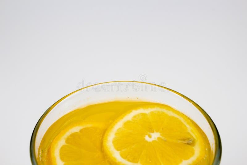 Κρύος χυμός από πορτοκάλι με τις φέτες λεμονιών στοκ εικόνες