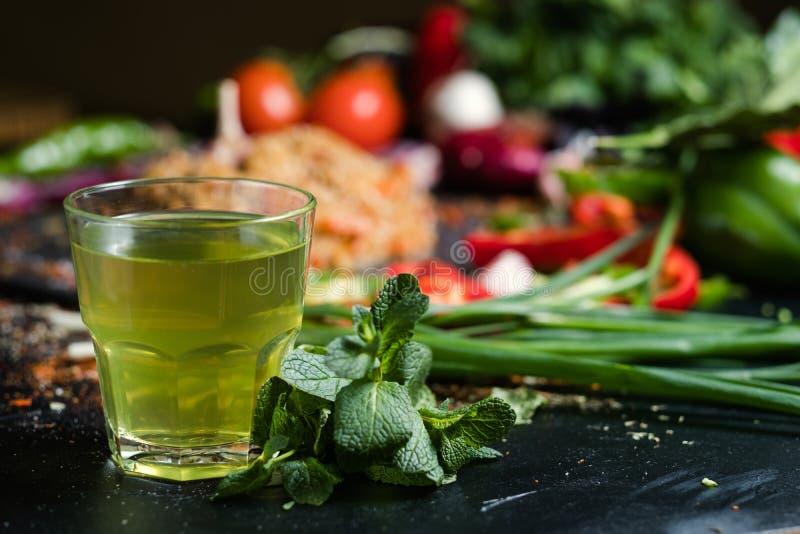 Κρύο μεντών βοτανικό πράσινο ποτό detox τσαγιού υγιές στοκ εικόνες