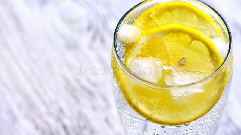Κρύο μεταλλικό νερό με τον πάγο και το λεμόνι στοκ φωτογραφίες με δικαίωμα ελεύθερης χρήσης
