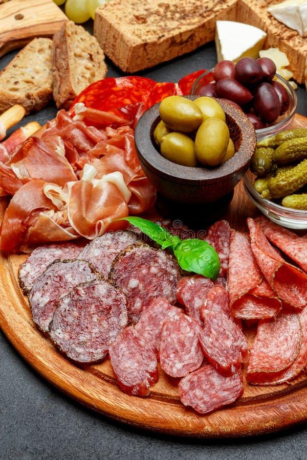 Κρύο πιάτο κρέατος με το σαλάμι, chorizo το λουκάνικο και το ζαμπόν prosciutto στοκ εικόνα με δικαίωμα ελεύθερης χρήσης