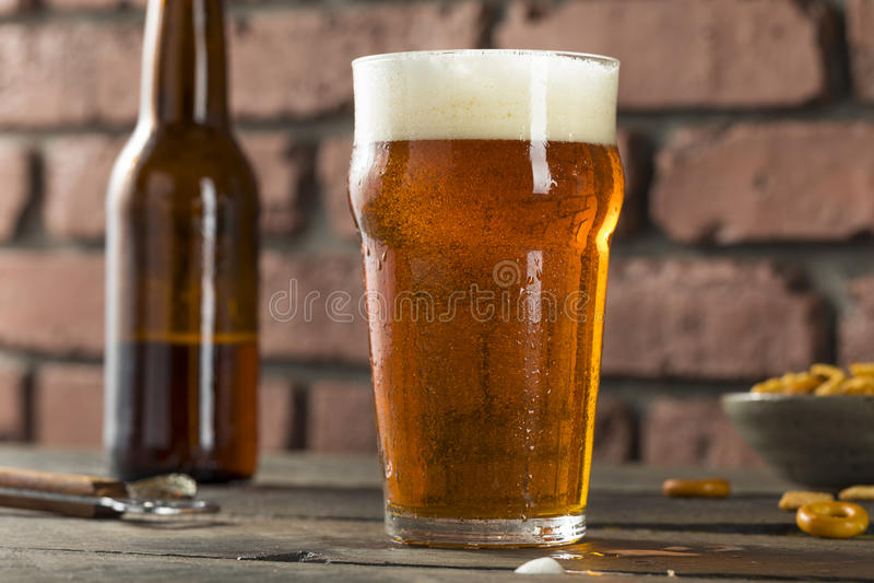 Κρύο που αναζωογονεί την αμερικανική μπύρα Crafter ξανθού γερμανικού ζύού στοκ φωτογραφίες με δικαίωμα ελεύθερης χρήσης
