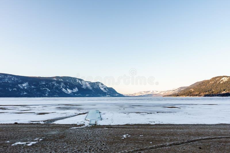 Κρύο τοπίο πρωινού της παγωμένης Βρετανικής Κολομβίας Καναδάς λίγων λιμνών Shuswap στοκ εικόνες