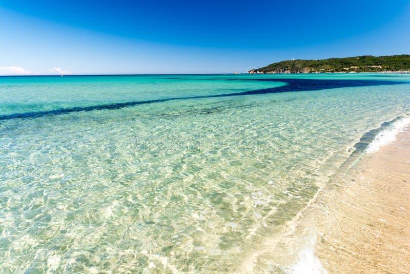 Κρύσταλλο - καθαρίστε το νερό στην παραλία Pampelonne κοντά σε Άγιο Tropez, γαλλικό riviera, υπόστεγο δ ` azur, Γαλλία στοκ εικόνες