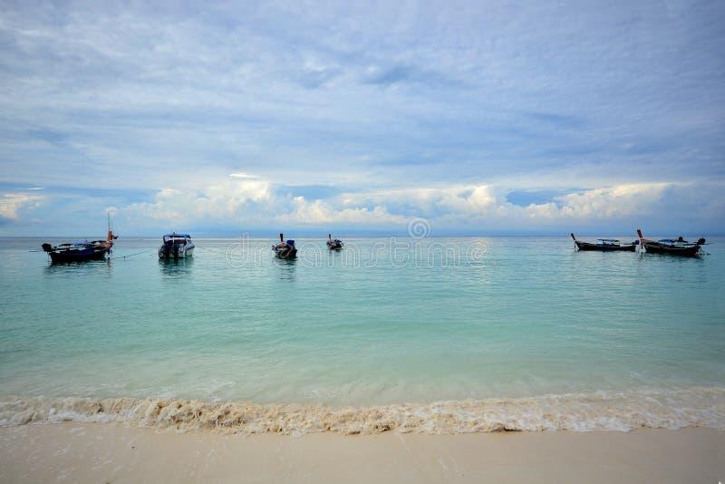 Κρύσταλλο - καθαρίστε το νερό στη Θάλασσα Ανταμάν Νησί Lipe, Satun, Ταϊλάνδη στοκ φωτογραφίες