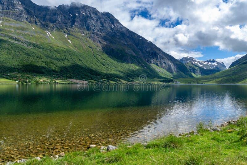Κρύσταλλο - σαφής λίμνη σε μια πράσινη κοιλάδα στη Νορβηγία στοκ εικόνες