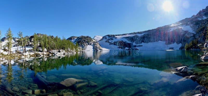 Κρύσταλλο - καθαρίστε το νερό και τις αντανακλάσεις στη λίμνη στοκ εικόνες