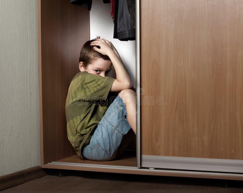 κρύψιμο ντουλαπιών αγορι στοκ φωτογραφία