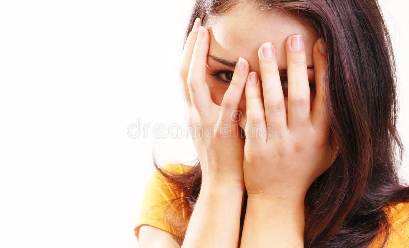 κρύψιμο 2 κοριτσιών στοκ εικόνες με δικαίωμα ελεύθερης χρήσης