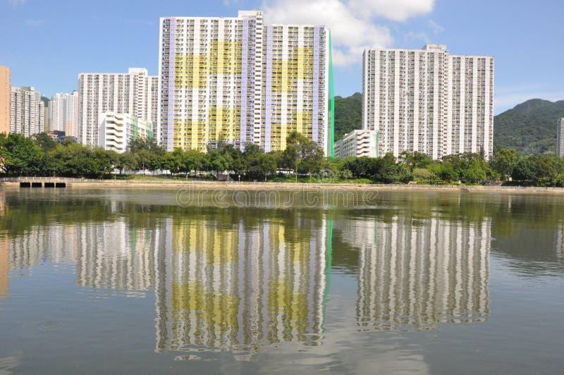 Κτήμα Yuet Ming Shatin σε μια αντανάκλαση του ποταμού της Shing Mun στοκ εικόνα με δικαίωμα ελεύθερης χρήσης