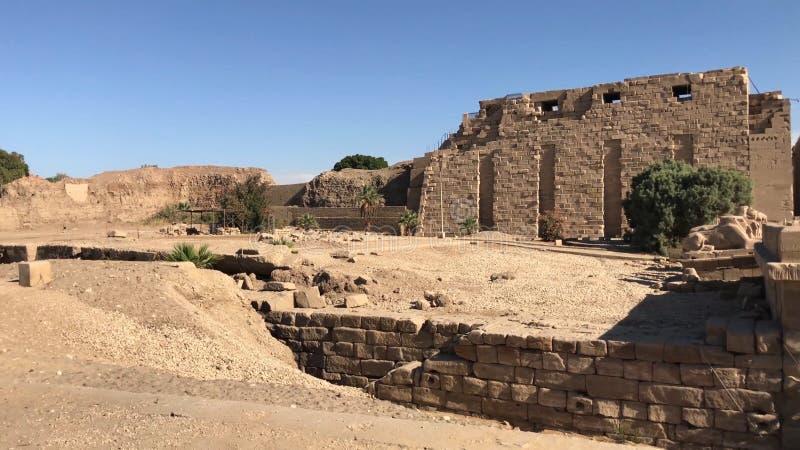 Κτήρια και στήλες των αρχαίων αιγυπτιακών μεγαλιθικών μνημείων Αρχαίες καταστροφές των αιγυπτιακών κτηρίων στοκ φωτογραφία με δικαίωμα ελεύθερης χρήσης