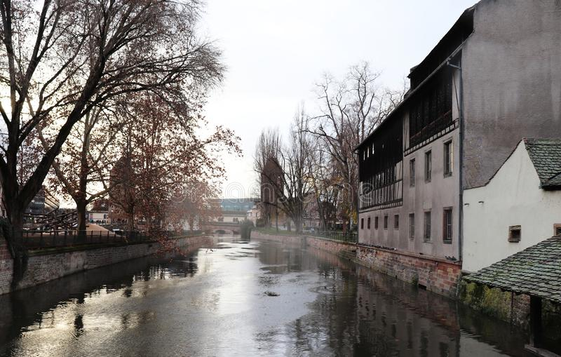 Κτήρια και το νερό στο Στρασβούργο, Γαλλία στοκ φωτογραφίες