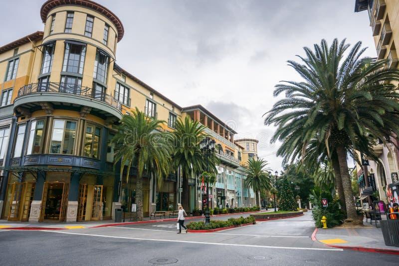Κτήρια και φοίνικες στον υπόλοιπο κόσμο Santana περιοχής αγορών, San Jose, Καλιφόρνια στοκ εικόνα με δικαίωμα ελεύθερης χρήσης