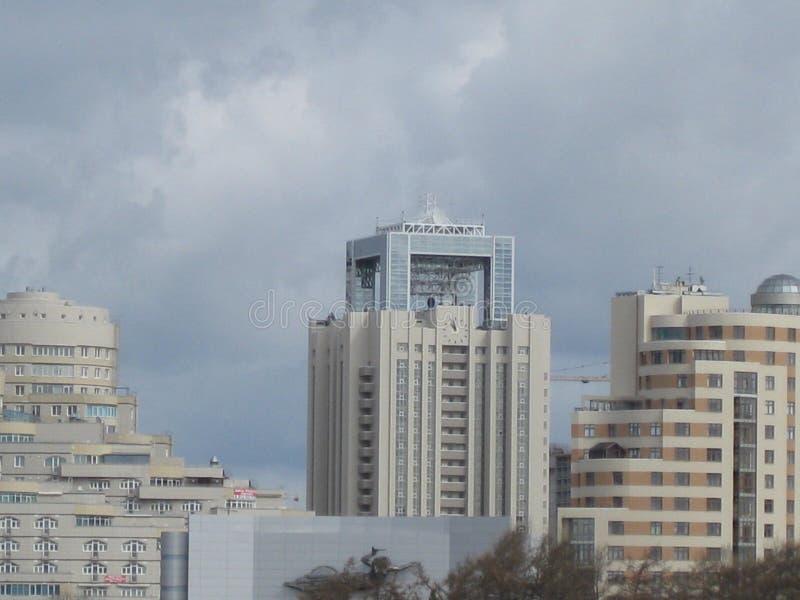 Κτήρια πόλεων και νεφελώδης ουρανός στοκ εικόνες