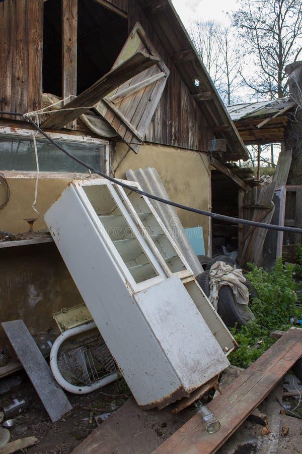 Κτήρια τρωγλών, στεγάζοντας φτωχές τρώγλες, ξύλινα σπίτια έκτακτης ανάγκης στοκ εικόνα